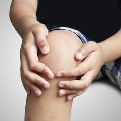 child with hurt knee-1